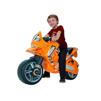 ¿A qué niño no le gusta sentirse el dueño de las calles cuando va con su moto por ahí? Este es uno de esos juguetes que no le pueden faltar.