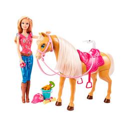 muñeca con caballo en movimiento